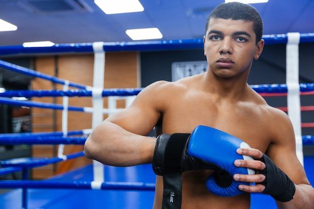 戦いの準備をしているハンサムな男性ボクサー