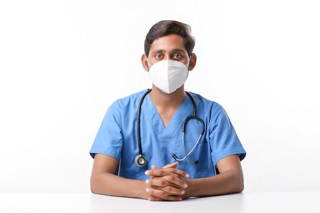 Красивый мужчина-врач на белом фоне.