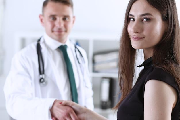 ハンサムな男性医師が握手