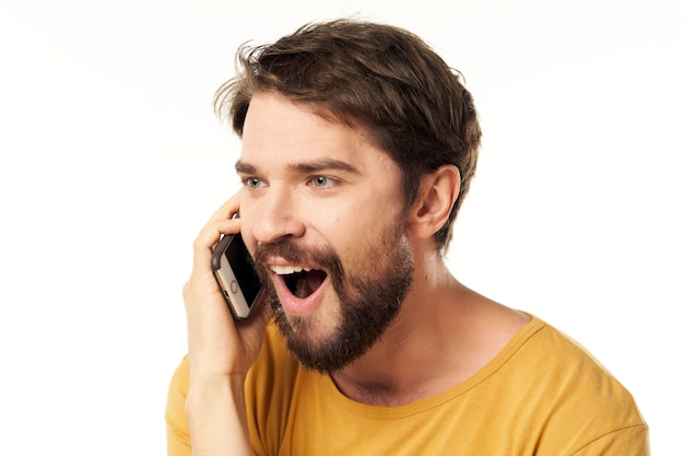 Красивый мужской модели с бородой с телефоном позирует в