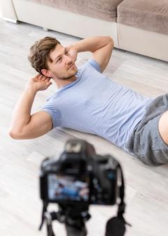 Addestramento maschio bello di registrazione a casa