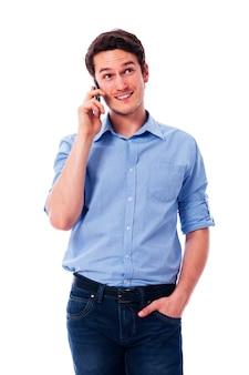 Красивый мужчина разговаривает по мобильному телефону