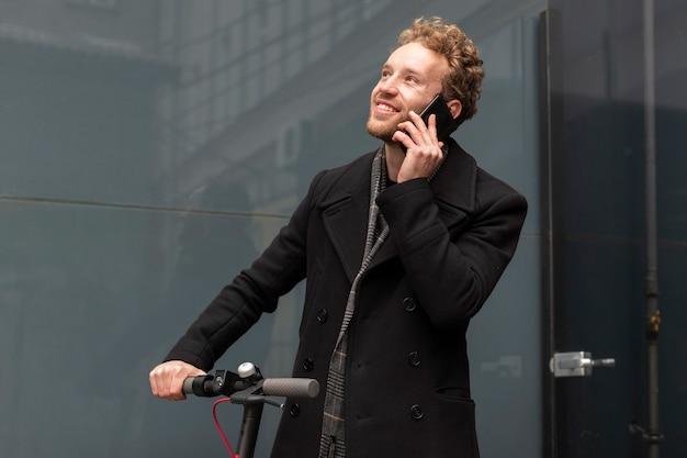 電話で話しているハンサムな男性