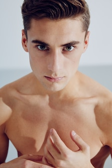 Красивый мужской топлес крупным планом мышцы фитнес-модель.