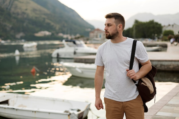 Красивый мужчина-путешественник в черногории