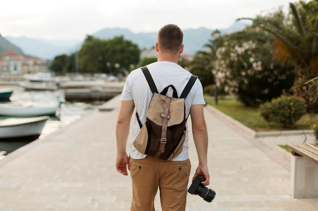 Bel viaggiatore maschio in montenegro