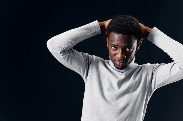 머리 회색 스웨터 자른보기 뒤에 잘 생긴 남자 아프리카 모양 손