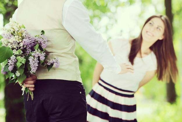 彼の女性に結婚するように求めるハンサムな男