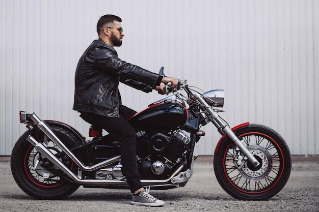 Mototrcycleで旅行するハンサムな男バイカー