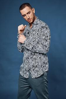 ハンサムな男の黒と白のシャツファッション自信モデル