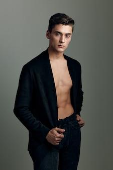 Красивый мужчина черный пиджак обнаженный торс в современном стиле уверенность в себе