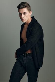 Красивый мужчина черный пиджак модная прическа элегантный стиль позирует модели. фото высокого качества