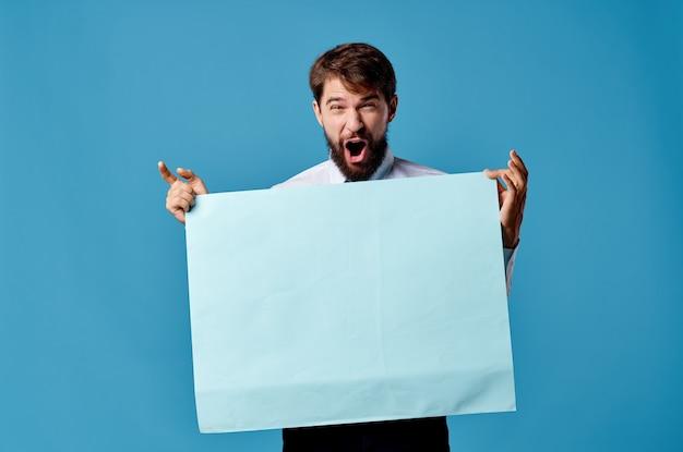 ハンサムな男の青いバナーコピースペース広告プレゼンテーションのクローズアップ。高品質の写真