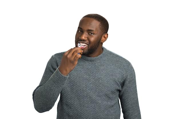 Красивый мужчина чистит зубы. афро-американский мужчина взволнован чисткой зубов