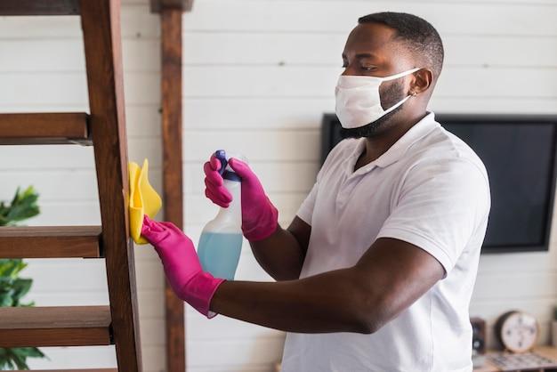 Uomo bello pulizia casa