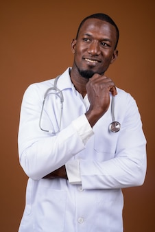 ブラウンに対してハンサムな男性医師