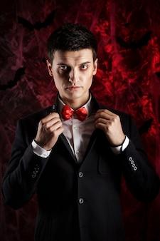 ハロウィーンのドラキュラの衣装を着たハンサムな男