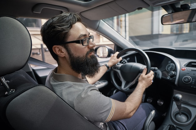 Красивый мужчина за рулем автомобиля