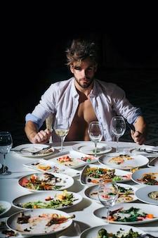 잘생긴 남자는 테이블에서 먹는다