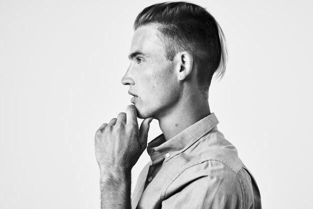 ハンサムな男のファッションヘアスタイルの感情の自信