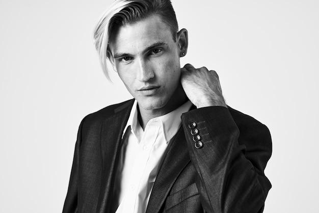 クローズアップポーズのスーツでハンサムな男のファッショナブルな髪型