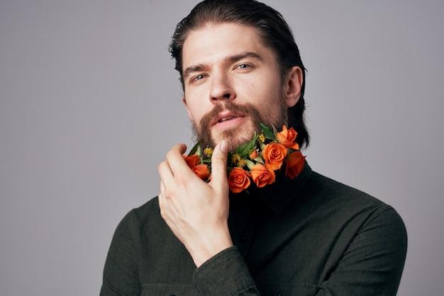 ひげの黒いジャケットのエレガントなスタイルのロマンスでハンサムな男の花。高品質の写真