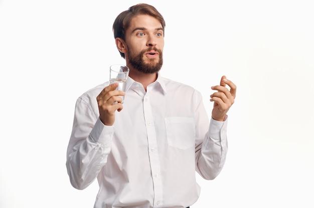 Красивый мужчина стакан воды светлый фон
