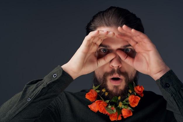 ハンサムな男の髪型ファッション花感情暗い背景。高品質の写真
