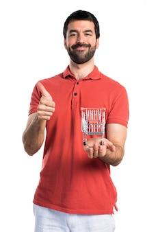 잘 생긴 남자 엄지 슈퍼마켓 카트 장난감을 들고