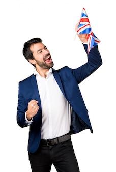 イギリスの旗を持っているハンサムな男