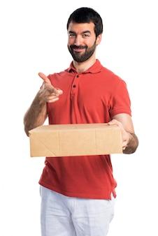 Красивый мужчина держит коробки