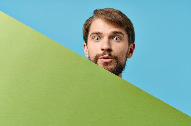 緑のモックアップポスター割引コピースペーススタジオを保持しているハンサムな男