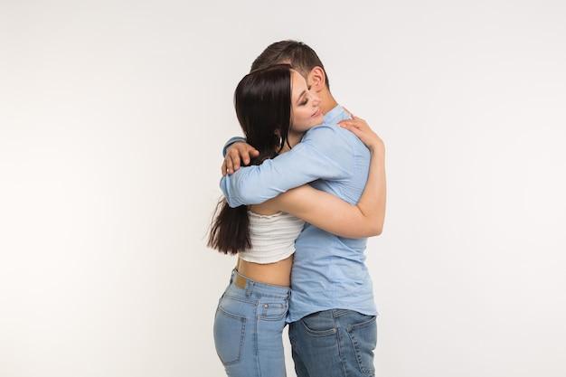 흰색 바탕에 그의 여자 친구를 포옹 하는 잘생긴 남자