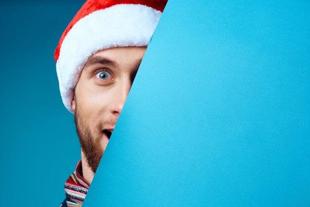 クリスマスの青いモックアップポスター孤立した背景のハンサムな男