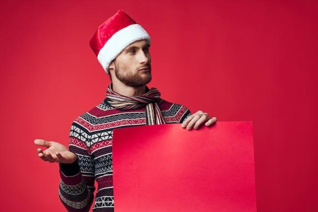 크리스마스 빨간색 모형 포스터 스튜디오에서 포즈를 취하는 잘생긴 남자. 고품질 사진