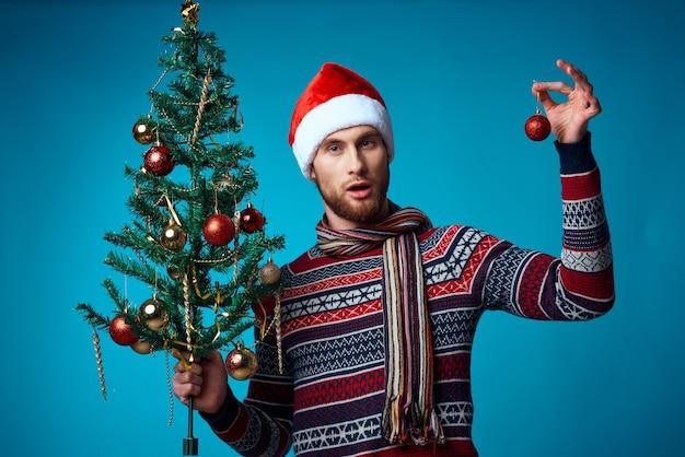 クリスマスの白いモックアップポスタースタジオのポーズでハンサムな男。高品質の写真