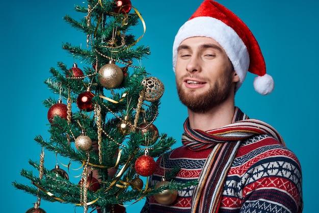 サンタ帽子のハンサムな男クリスマスの装飾休日新年スタジオポーズ