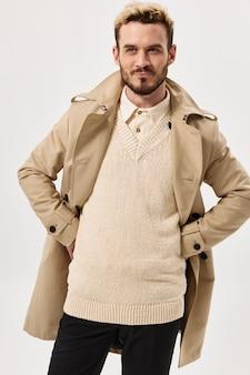 ベージュのコートセーター秋のスタイルの魅力的な外観のハンサムな男
