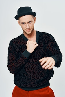 黒のセーターのハンサムな男がファッションの服のスタジオをポーズします。高品質の写真