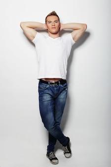 空白の白いシャツでハンサムな男