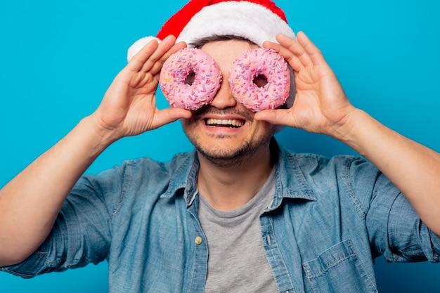 도넛 크리스마스 모자에 잘 생긴 남자