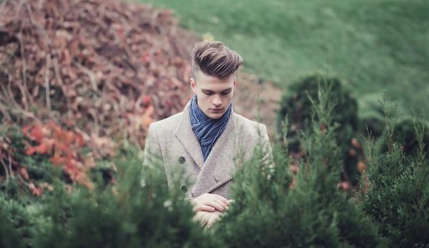 田舎でハンサムな男。秋のファッションの肖像画