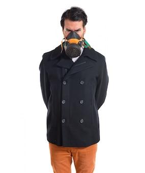 ガスマスクのハンサムな男