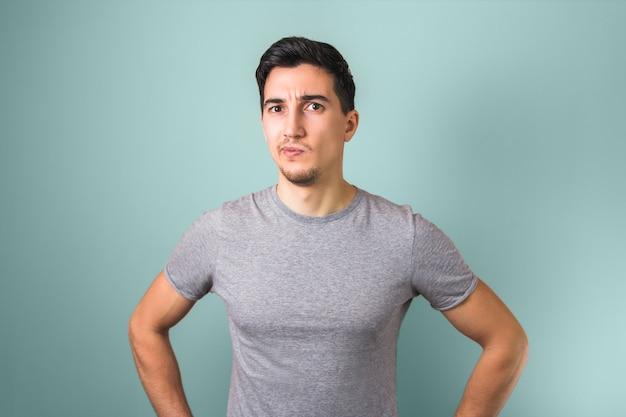 灰色のtシャツの思考や光に疑問を持つハンサムな男