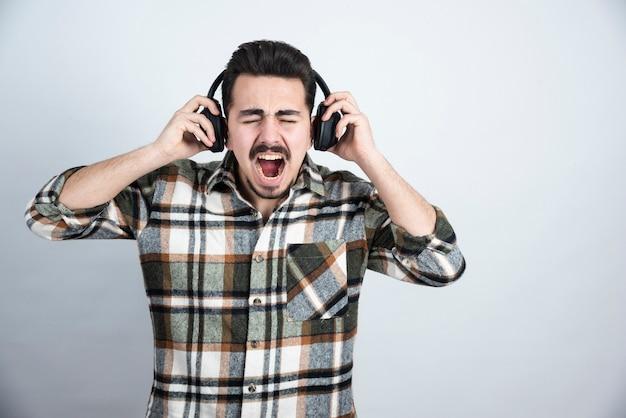 서 노래를 듣고 헤드폰에 잘 생긴 남자.