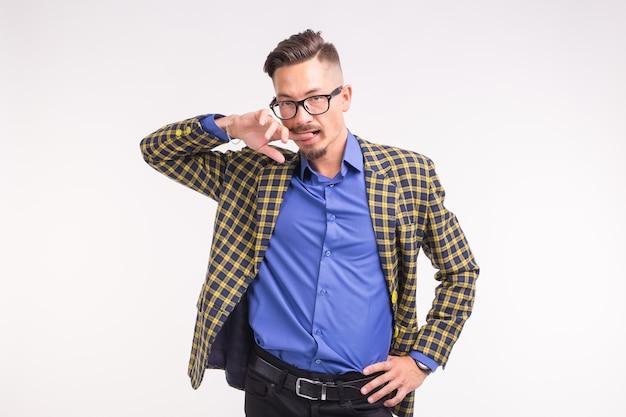 흰색 표면에 재미 안경에 수염과 콧수염 재킷에 잘 생긴 남자