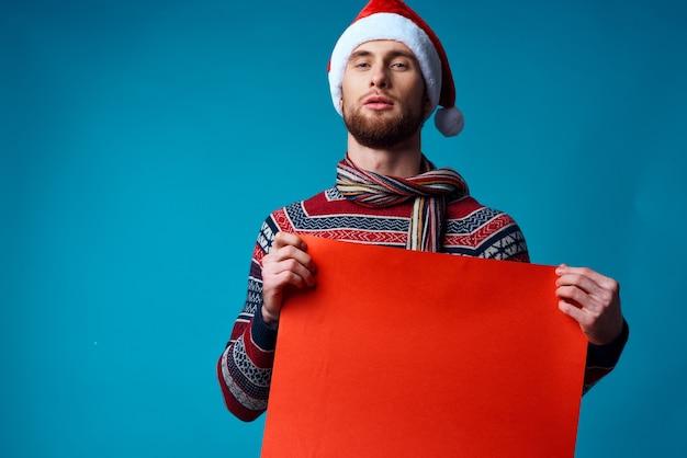 コピースペースの孤立した背景を宣伝する新年の服のハンサムな男。高品質の写真