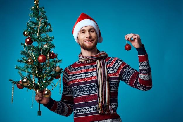 コピースペース青い背景を宣伝する新年の服のハンサムな男