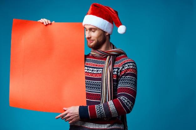 コピースペース孤立した背景を宣伝する新しい年の服のハンサムな男