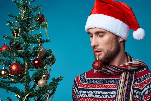 新年の服の装飾クリスマススタジオポーズでハンサムな男
